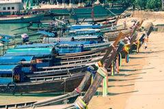 Ko Phi Phi, Tailandia, diciembre 8,2013: Longtail tailandés tradicional BO Foto de archivo