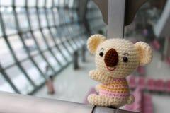 Koala Amigurumi - poupée fabriquée à la main de koala de crochet images libres de droits