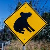 Koala'shorloge uit voor hen - Australische die tekens langs de weg worden gevonden stock afbeeldingen