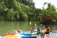 Koaw华标记, 10月20 2016,有独木舟和儿童游泳和南Thailan董里府Koaw华标记视图的旅客  免版税库存照片
