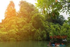 Koaw华标记, 10月20 2016,有Koaw华标记,南泰国的董里府独木舟和旗子的旅客  免版税库存照片