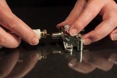 Koaxialkabelverbindung zum koaxialen Teiler durch Hände Lizenzfreies Stockbild