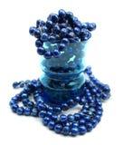 Kobaltblau-Frischwasserperlen im Trinkglas Stockfotos