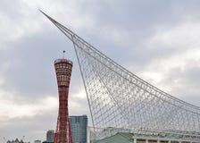 Kobe, Ιαπωνία - τον Απρίλιο του 2016: Πύργος λιμένων του Kobe και structu στεγών μετάλλων Στοκ φωτογραφίες με δικαίωμα ελεύθερης χρήσης