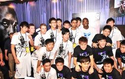 Kobe Bryant com a equipa de basquetebol da juventude de Singapore Imagem de Stock Royalty Free