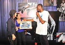Kobe Bryant, der besonders konzipierte Schuhe empfängt Lizenzfreies Stockbild