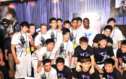 Kobe Bryant mit Singapur-Jugend-Basketball-Team Lizenzfreies Stockbild