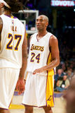 Kobe Bryant Talks à colega de equipa Imagem de Stock