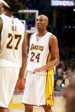 Kobe Bryant Talks al compañero de equipo Imagen de archivo
