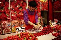 KOBE, JAPAN - 30. MÄRZ 2019: Verkaufserdbeeren in der süßen Glasur in Chinatown-Bezirk von Kobe lizenzfreie stockfotos