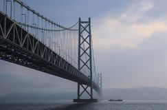 KOBE, JAPONIA MARZEC 30, 2019: Akashi Kaikyo Bridżowy rozciągający się Seto Śródlądowego morze od Awaji wyspy Kobe fotografia stock
