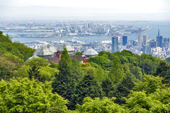 Kobe Port Island y Kobe Airport en Osaka Bay visto de Nunobiki Herb Garden en el soporte Rokko en Kobe, Japón imagen de archivo libre de regalías