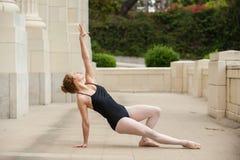 Kobieca baletnicza dziewczyna rozciągająca out Fotografia Royalty Free