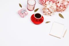 Kobieca biurka workspace rama z różowym beżowym kwiecistym bukietem, ponownym zdjęcia stock