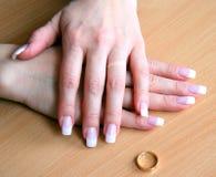 kobiece ręce rozwodowe Zdjęcia Stock
