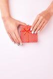 kobiece ręce są prezent Obrazy Stock