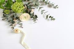 Kobiecy ślub, urodzinowa desktop egzaminu próbnego scena Pustego papieru kartka z pozdrowieniami i bukiet eukaliptus gałąź, mench Obraz Royalty Free