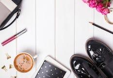 Kobiecy akcesoria z butami, torbą i kawą, odgórny widok Fotografia Royalty Free