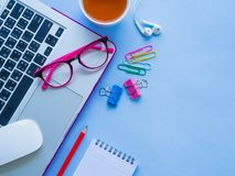 kobiecy biurka workspace z biurowymi akcesoriami Obraz Royalty Free