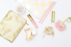 Kobiecy stylu życia zapasu wizerunki Pink&gold mieszkanie nieatutowy zdjęcia stock