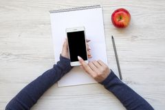 Kobiecy workspace z smartphone, notatnikiem i jabłkiem, Odgórny widok obraz stock