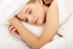 kobiet łóżkowi sypialni potomstwa fotografia royalty free