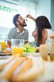 Kobiet żywieniowi winogrona obsługiwać podczas gdy mieć śniadanie obraz royalty free