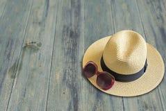 Kobiet akcesoria na drewnianej podłoga, wakacje fotografia stock