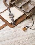 Kobiet akcesoria w małej rzemiennej torbie, zegarku, notatniku i le, Zdjęcia Stock