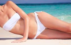 kobiet atrakcyjni plażowi relaksujący potomstwa zdjęcie stock