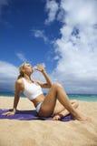 kobiet atrakcyjni plażowi target59_0_ potomstwa obraz stock