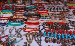 Kobiet azjatykcie tradycyjne kolorowe bransoletki na białym tle jako indyjski mody pojęcie Fotografia Stock