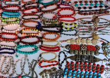 Kobiet azjatykcie tradycyjne kolorowe bransoletki na białym tle jako indyjski mody pojęcie Obrazy Stock