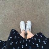 Kobiet biali gumshoes Biel Suknia Ciepły sezonu styl dla kobiet Praktyczni tkanina buty Zdjęcie Royalty Free