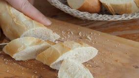 Kobiet cięcia tęsk chleb zamknięta up drewniana tnąca deska zbiory wideo