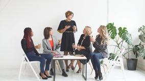 Kobiet coworkers świętuje pomyślnego uruchomienie nowy projekt zbiory wideo
