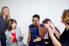 Kobiet coworkers świętuje pomyślnego uruchomienie nowy projekt obrazy royalty free