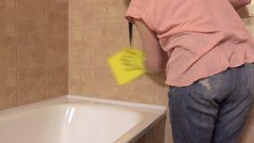 Kobiet czyste płytki w łazience zbiory wideo