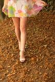 Kobiet dźwignięć spódnicy oblamowanie zdjęcia royalty free