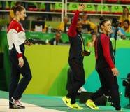 Kobiet gimnastyk całkowicie medaliści przy Rio 2016 olimpiady Simone żółć usa i Aly Raisman usa (L) Zdjęcia Stock