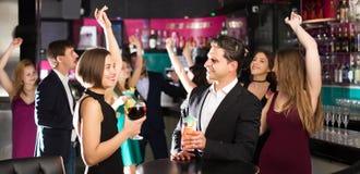 Kobiet i samiec świętować korporacyjny obrazy royalty free