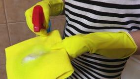 Kobiet kiście czyści fluid na koloru żółtego łachmanie zamkniętym w górę zbiory wideo