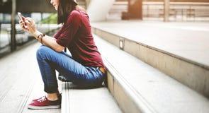 Kobiet kobiet Cyfrowego przyrządu interneta Podłączeniowy pojęcie Obraz Stock