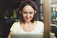 Kobiet kobiet Cyfrowego przyrządu interneta Podłączeniowy pojęcie Obrazy Royalty Free