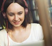 Kobiet kobiet Cyfrowego przyrządu interneta Podłączeniowy pojęcie Obrazy Stock