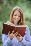 kobiet książkowi czytelniczy uśmiechnięci potomstwa Zdjęcia Stock