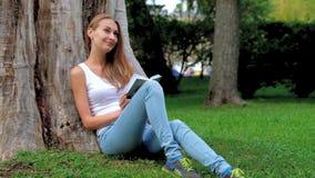 kobiet książkowi parkowi czytelniczy potomstwa zbiory wideo