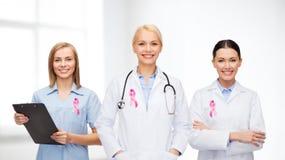Kobiet lekarki z nowotwór piersi świadomości faborkiem Obrazy Stock