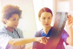 Kobiet lekarki z promieniowanie rentgenowskie wizerunkiem przy szpitalem Fotografia Stock
