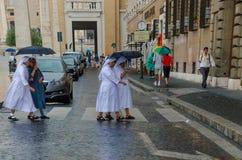 Kobiet magdalenki lub magdalenki chodzi przez miasta Rzym w Lipu 2013 Włochy obraz stock
